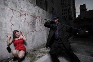Лиходій нападає на перелякану дівчину в темному провулку.