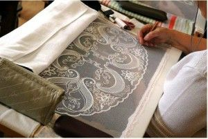 Процес вишивки гачком на тканині