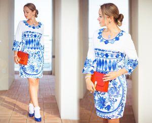 синя вишивка на білому одязі