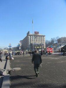 повністю вирвана тротуарна платна в Києві на майдані незалежності фото