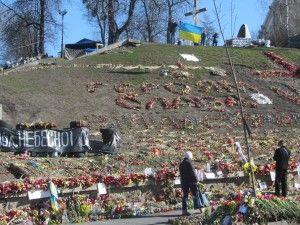 героям слава написано на майдані незалежності квітами
