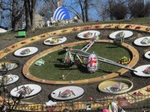 Квіти у вигляді великодніх яєць на майдані в Києві фото
