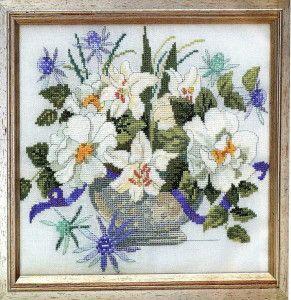 Вишита хрестиком картина ваза з квітами