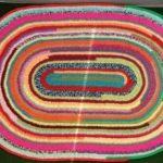 Яскравий килимок з ниток зделаний своїми руками