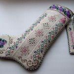 Декоративний чобіток прикрашений вишивкою та мережкою