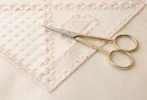 Тканину і ножиці для використання в техніці мережка