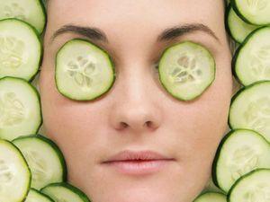Огіркова маска для обличчя сприяє зникненню прищів і звужує пори