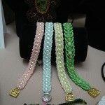 Різнокольорові браслети в техніці плоский американський джгут
