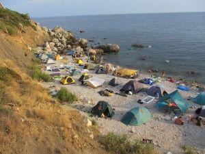 Як ночувати на дикому пляжі, наметове містечко на пляжі.
