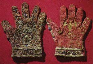 Старовинні рукавички, розшиті бісером та камінням