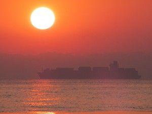 Кораблі на одеському пляжі на світанку,