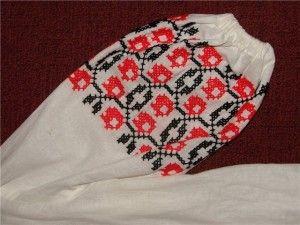 Вишитий узор на рукаві в стилі українська вишивка