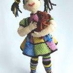 Виріб з бісеру у вигляді ляльки