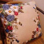 Польові квіти вишиті на подушці