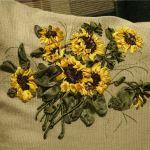Подушка вишита соняшниками