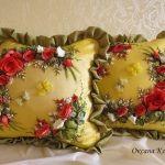 Троянди вишиті стрічками на подушках