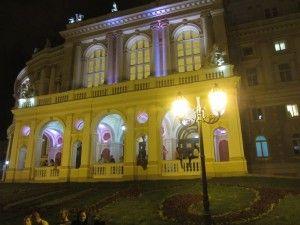 В Одесі гарний оперний театр.