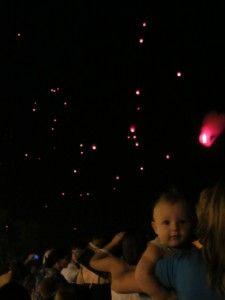 Одеські туристи запускають небесні ліхтарики, багато ліхтарів в одеському нічному небі.