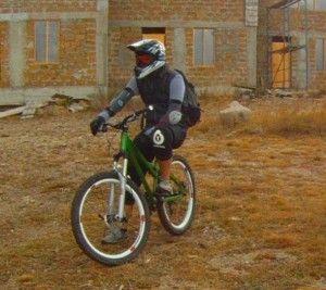 Велосипедна захист, найнебезпечніший вид спорту, закритий велосипедний шолом.