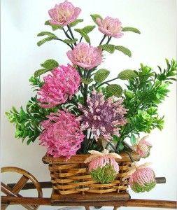 Квіткова композиція з бісеру в кошику