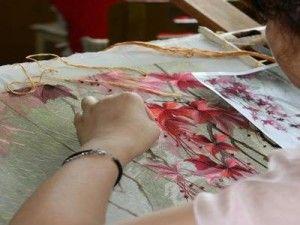 Процес вишивки шовком квітів