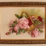 Троянди в каррозіі в кошику вишиті лентамізіне вишиті стрічками