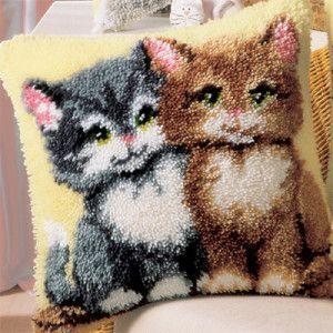 М'яка подушка з кошенятами вишита в килимовій техніці