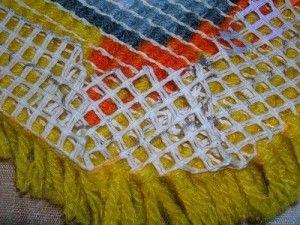Після закінчення вишивки в килимовій техніці, промазуємо зворотний бік клеєм ПВА